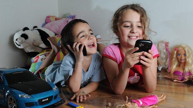 1_Children_with_phones.@750
