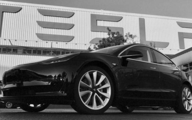 Էլոն Մասկը ցուցադրել է Tesla Model 3 էլեկտրամեքենան