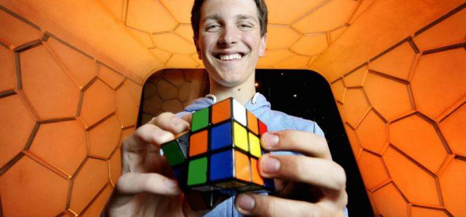 Ռեկորդ. Ռուբիկի խորանարդը ավստրալացին հավաքել է 4,22 վայրկյանում (տեսանյութ)