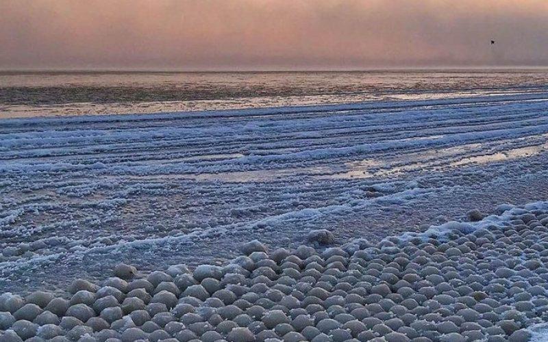 Օրվա լուսանկար. հազարավոր սառցե  գնդիկներ լճի ափին