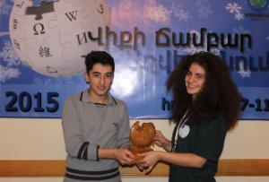 Armenian_Wikipedia_cup_handing_02