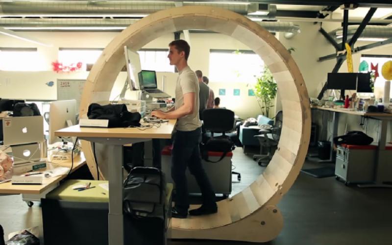 4 տեսանյութ այն մասին, թե ինչպես համատեղել նստած դիրքում աշխատանքը ֆիզիկական ակտիվության հետ