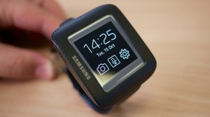 Samsung_Galaxy_Gear_in_cradle-750x422