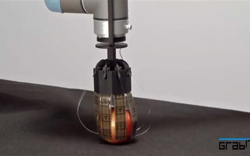 Ռոբոտը բարձրացնում է իրերը ստատիկ էլեկտրականությամբ (տեսանյութ)